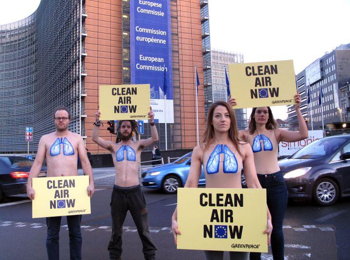 Reine Lust: In Brüssel demonstrieren Aktivisten von Greenpeace vor der EU-Kommission gegen die Luftverschmutzung