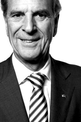 Stationen eines Lebens Privat: Jürgen Heraeus wurde am 2. September 1936 in Hanau am Main geboren. Er ist in zweiter Ehe verheiratet und hat fünf Töchter. Zu seinen Passionen zählen moderne Kunst, Segeln und Wandertouren im Hochgebirge. Beruf: Heraeus studierte Betriebswirtschaft und promovierte. Seine Karriere im Familienunternehmen begann er 1964 als Trainee. 1983 wurde er Konzernchef. Im Jahr 2000 zog er sich in den Aufsichtsrat zurück. Heraeus führte den Konzern zu Weltgeltung, mit heute 12.800 Mitarbeitern, knapp drei Milliarden Euro Industrieumsatz und rund 13 Milliarden Euro Umsatz im Handel mit Edelmetallen.