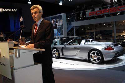 Wie in Le Mans: Der Carrera GT ist Porsches neuer Supersportwagen. 330 km/h Spitze sollten dafür reichen