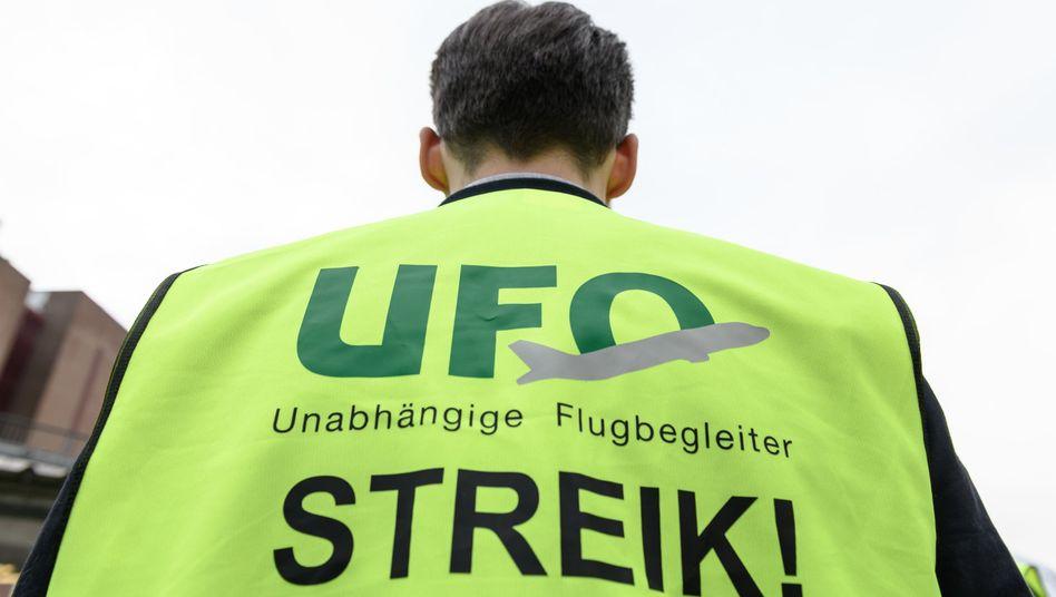 Bilder wie diese sollen der Vergangenheit angehören: In dem bislang total verfahrenen Konflikt mit der Flugbegleitergewerkschaft Ufo haben sich jetzt beide Parteien auf ein Verfahren zur Beilegung des Streits geeinigt.
