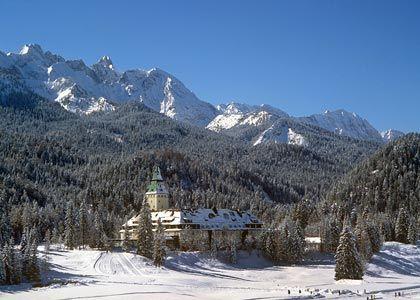 Im Schnee: Schloss Elmau liegt idyllisch am Alpenrand