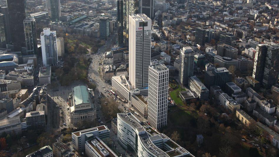 Razzia: Unmittelbar neben dem Opernturm hat die internationale Kanzlei Freshfields in Frankfurt in einem Hochhaus (rechts Gebäude) ihre Büroräume. Ermittler durchsuchten diese nun nach Beweismaterial