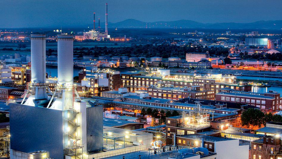 BASF-Stammwerk in Ludwigshafen: Der Chemieriese will in eine neue Fabrik investieren