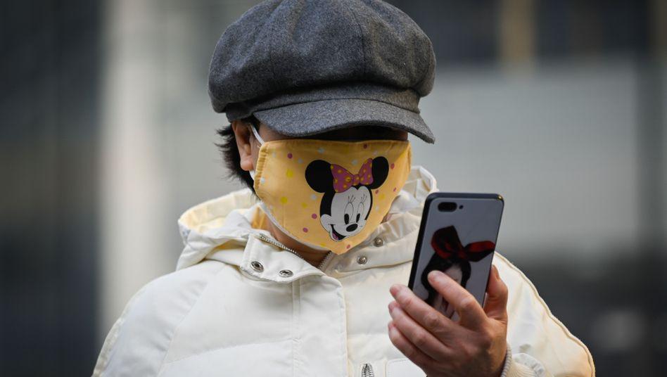 Frau mit Mundschutz in Peking