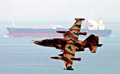 Wappnen für den Notfall: Iranisches Kampfflugzeug vor einem Öltanker