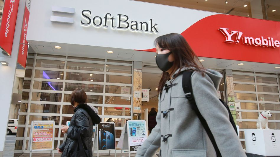 Passanten vor einem Softbank-Schild: Die Geschäfte des Tech-Investors laufen wieder besser