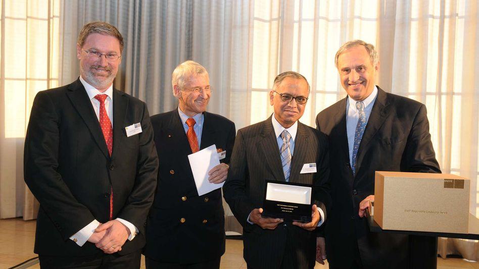 Ehrung: Lars-Hendrik Röller (Präsident der ESMT), Manfred Kets de Vries (Laudator), Narayana Murthy (Preisträger) und Clemens Börsig (Aufsichtsrates der Deutschen Bank sowie der ESMT)