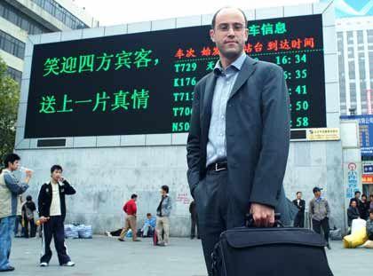 Reisen: Mit Bahn, Bus oder Flugzeug ist Robert Hock in China unterwegs, um für Tchibo all die vielen Waren zu ordern, die ein Jahr später in den Shops hier zu kaufen sind