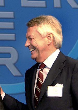 Manfred Schneider (66) gilt als einer der zentralen Knotenpunkte im Netz der neuen Deutschland AG. Der Mann ist in nahezu allen Branchen zu Hause. Bei sieben Dax-Schwergewichten, darunter DaimlerChrysler und Linde, kontrolliert der Ex-Bayer-Primus Vorstand und Geschäft. Abseits der Gremien lädt Schneider gern Wirtschaftsgrößen zu Spielen von Fußball-Bundesligist Bayer 04 Leverkusen ein.