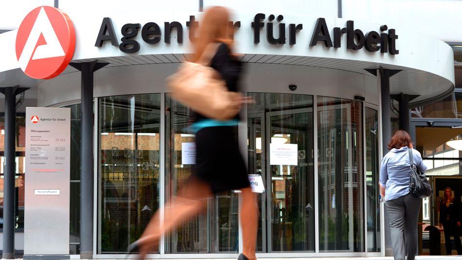 Die Arbeitslosenzahl sinkt auf 2,465 Millionen: Die Bundesagentur für Arbeit (im Bild die Zweigstelle in Hamburg) zählte im September 114.000 weniger Arbeitslose als im August