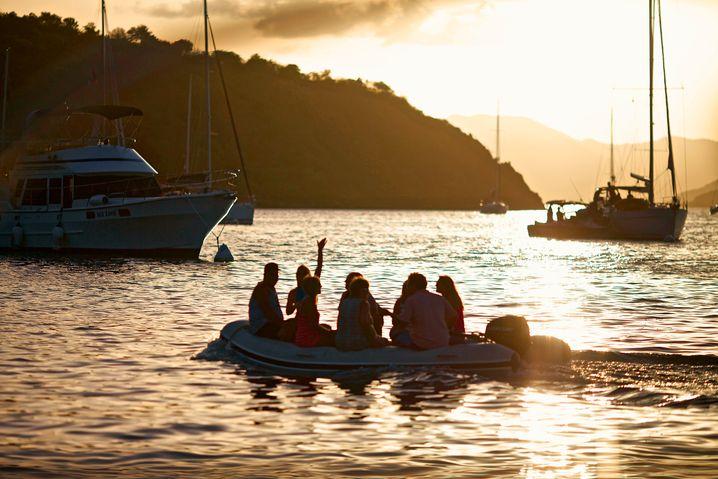 """Mit dem Dinghi zum Dinner: In The Bight auf Norman Island geht's per Beiboot zum Restaurant-Schiff """"Willy T."""""""