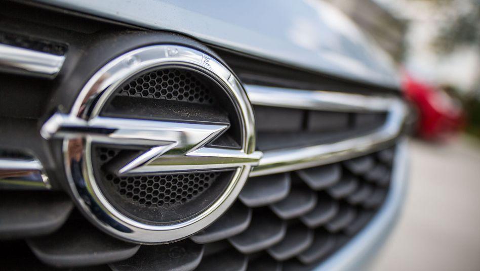 Opel-Logo an einem Kühlergrill