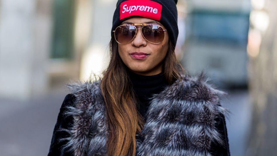 Frau mit Supreme-Mütze: Die New Yorker Kultmarke schlägt sich mit Plagiatoren herum - und Samsung mischt mit