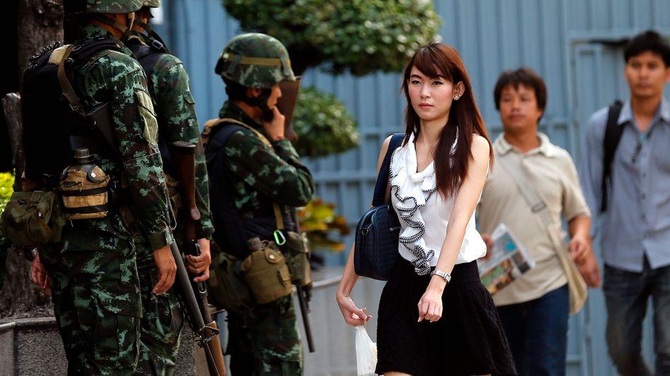 Soldaten am Shinawatra Tower in Bangkok: Militär und Regierung haben nach langen Unruhen das Kriegsrecht in Thailand verhängt