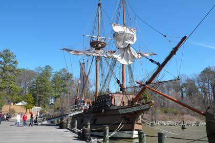 """Angekommen: Ein Nachbau der """"Susan Constant"""", dem größten der drei Schiffe, mit denen die Siedler aus England in die Neue Welt kamen, liegt in einem Hafen von Jamestown"""