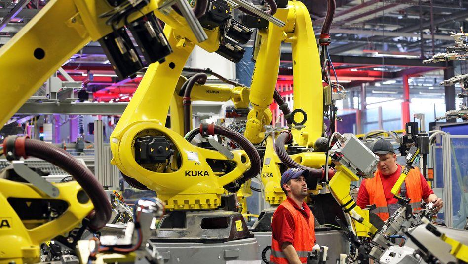 Karosseriefertigung des Sportwagenbauers Porsche in Leipzig: Zahl der Mitarbeiter in der Autoindustrie hierzulande zuletzt gestiegen