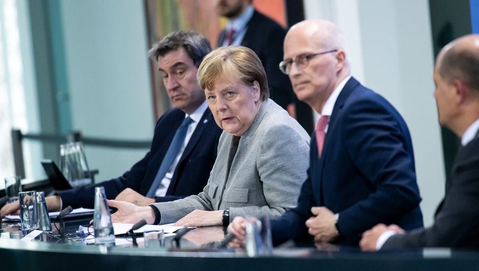 CSU-Chef Söder, Bundeskanzlerin Merkel (CDU), Hamburgs Bürgermeister Peter Tschentscher (SPD) und Bundesfinanzminister Scholz (SPD) (Symbolbild, die Beratungen heute fanden virtuell statt)
