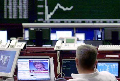 Die einen reden, die anderen handeln: Wertpapierhändler in Frankfurt