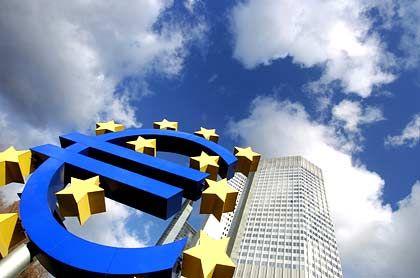 Kurs wächst in den Himmel: Euro-Skulptur vor der Europäischen Zentralbank in Frankfurt am Main