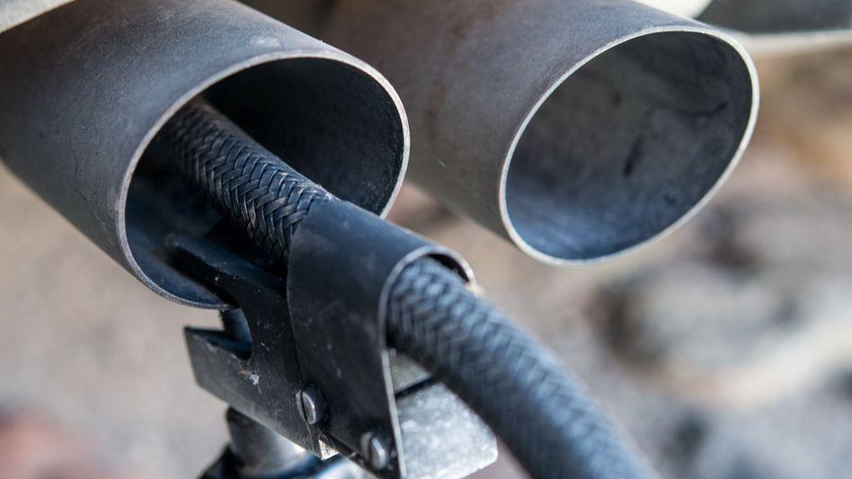 Abgasmessung am Auspuff eines Dieselautos