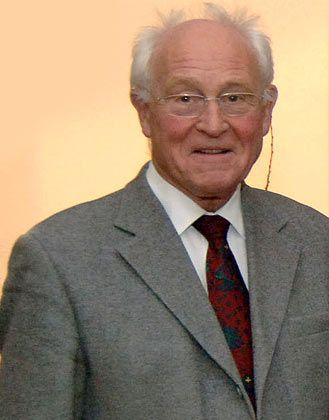 """Der Jesuit Friedhelm Hengsbach (70) hat Philosophie, Theologie und Wirtschaftswissenschaften studiert. Er war langjähriger Leiter des Oswald-von-Nell-Breuning-Instituts in Frankfurt am Main und lehrt Sozial- und Wirtschaftsethik. Hengsbach hat sich profiliert als einer, der mit Büchern wie """"Das Reformspektakel"""" wirtschaftlichen Sachverstand mit der katholischen Soziallehre zu verbinden sucht."""