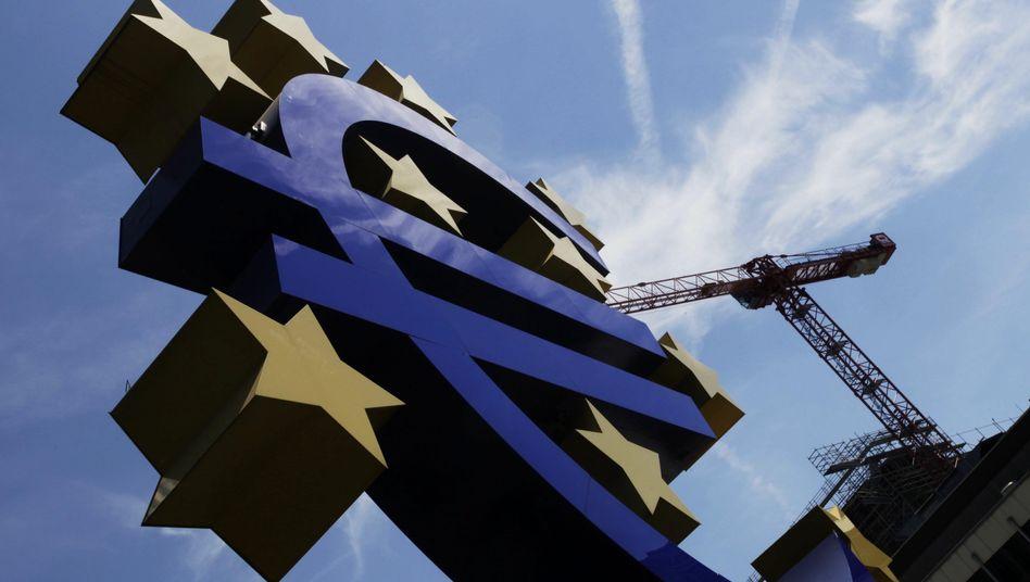 Euro-Symbol vor EZB-Zentrale in Frankfurt: Die Notenbank will die Konjunktur ankurbeln