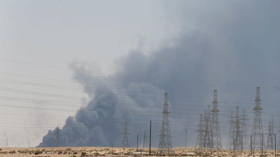 Rauch über Saudi-Arabien: Die Angriffe vom Wochenende haben die Ölproduktion des Landes schwer getroffen.