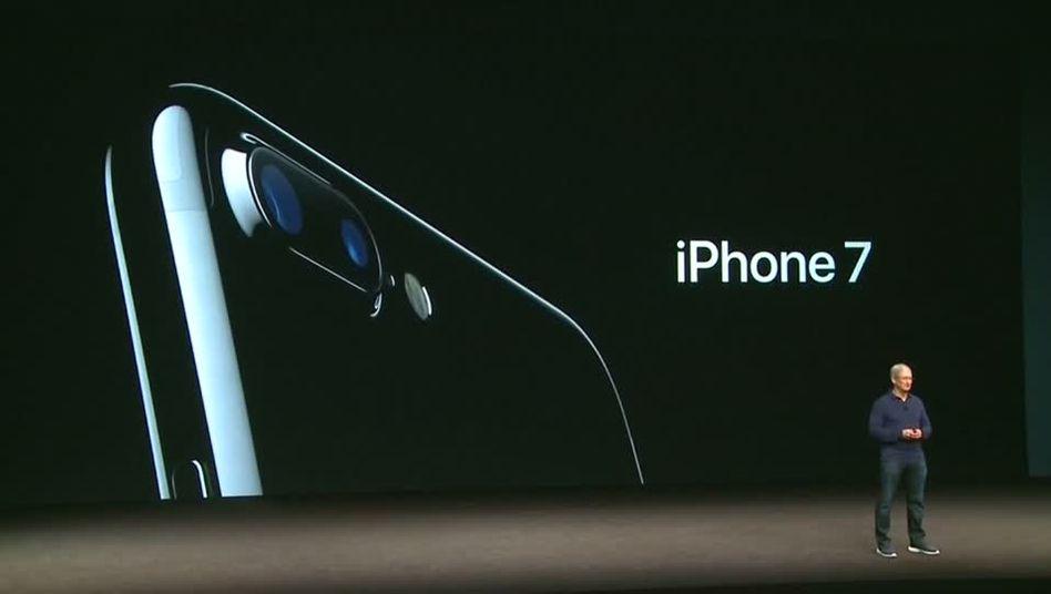 Apple-Chef Tim Cook bei der Präsentation des neuen iPhones: An der Börse stieß das Unternehmen auf Skepsis