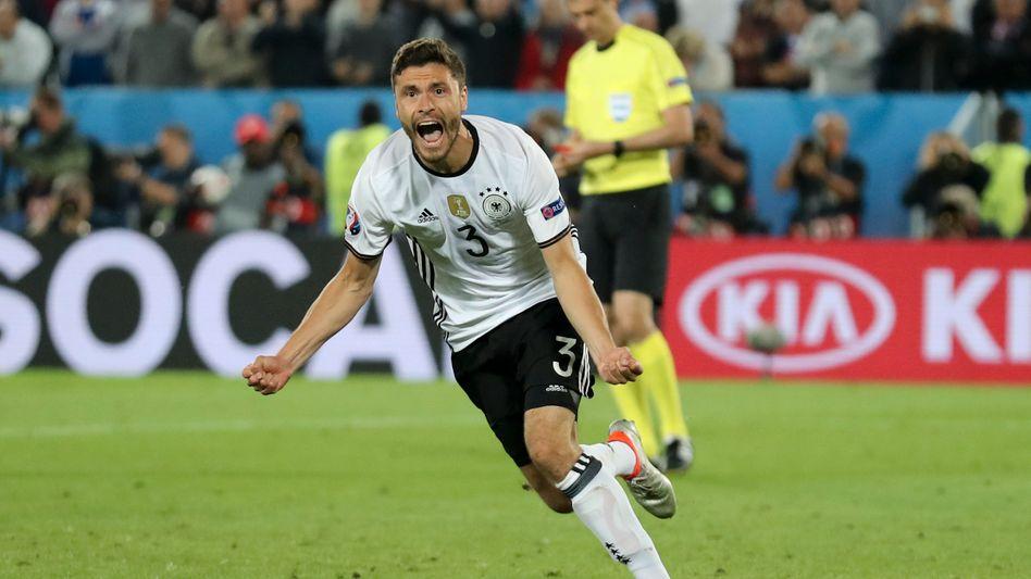 Überglücklich: Jonas Hector verwandelte den entscheidenden Elfmeter zum 6:5 für Deutschland