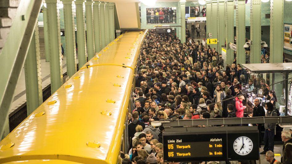 Reisende in Berlin am U-Bahnhof Alexanderplatz.
