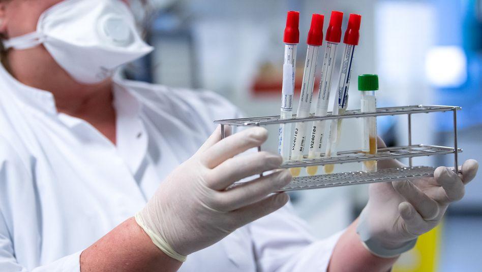 Eine Mitarbeiterin am Institut für Virologie der TU München bereitet Proben von Menschen mit Covid-19-Verdacht vor