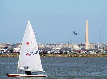Mitten in Washington D.C.: Vorne ist ein Segler auf dem Potomac unterwegs, im Hintergrund steuert eine Maschine den nahen National Airport an