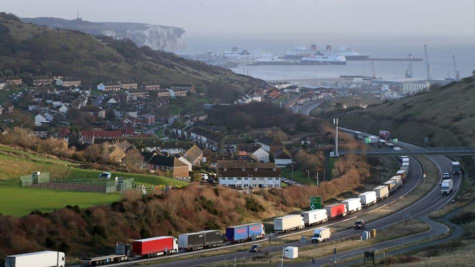 Nichts geht mehr: Lkw stehen Schlange vor dem Hafen in Dover