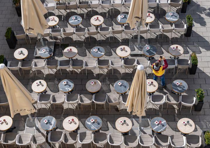 Leere Plätze in einem Münchener Kaffeehaus: Bayern schließt wegen der Coronavirus-Pandemie ab Montag alle Schulen