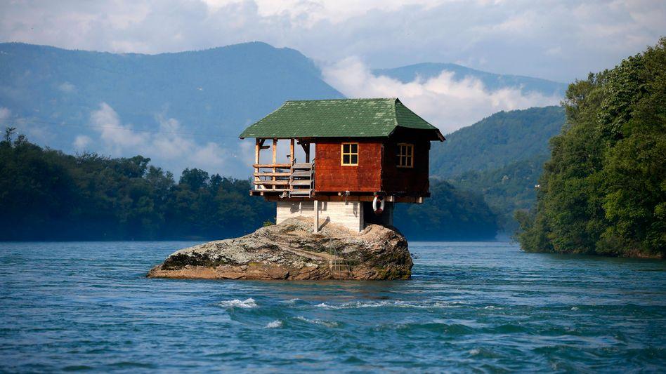 1968 bauten ein paar junge Männer dieses Haus mitten in einem serbischen Fluss - ein ideales Freizeit-Refugium. Die Suche nach einem perfekten Wohnort, der Leben, Arbeiten und Wohnen verbindet und flexibel ist, ist eine ähnlich große Herausforderung wie dieses Bauprojekt.