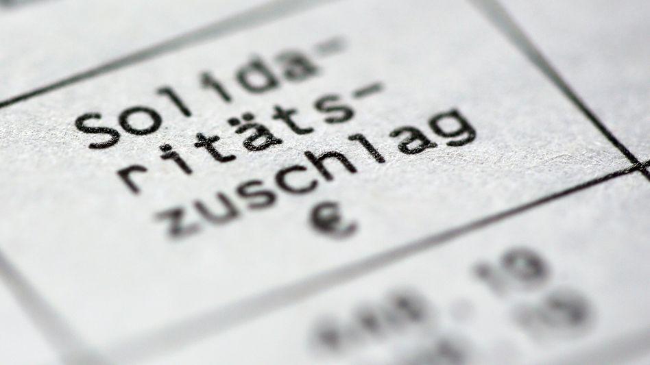 """Streit um Soli: SPD will eine Freigrenze von 70.000 Euro statt eines Freibetrags, um ein """"Fallbeil"""" zu verhindern"""