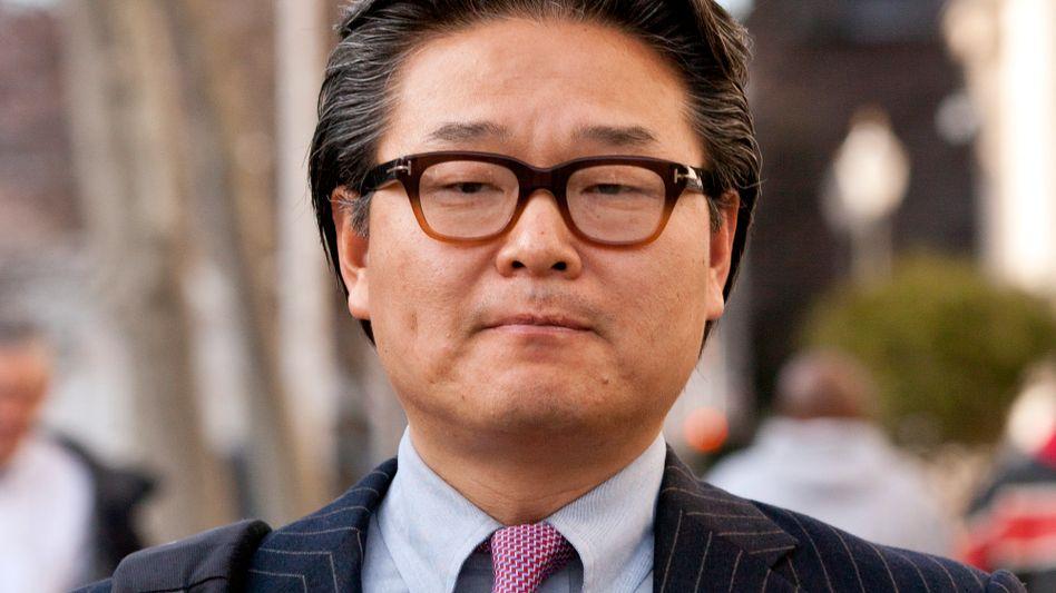 Persona non grata: Schon wieder fällt Bill Hwang am Finanzmarkt negativ auf - im Bild vom Dezember 2012 nach seiner Verurteilung vor dem Gericht von Newark (US-Staat New Jersey)