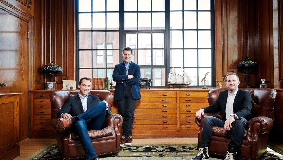 Salonlöwen: Die Airbnb-Gründer Nathan Blecharczyk, Brian Chesky und Joe Gebbia (v. l. n. r.) in der Zentrale in San Francisco. Die Meetingräume sind Apartments auf ihrer Plattform nachempfunden.