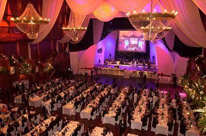 Gala-Veranstaltung: Festlich gedeckte Tische in der Alten Oper
