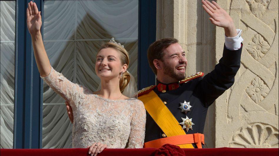 """Geld hilft: Prinzessin Stephanie von Luxemburg (hier mit Bräutigam Guillame bei der Hochzeit 2012) repräsentiert einen äußerst wohlhabenden Kleinstaat mit rund 600.000 Einwohnern. Schwiegerpapa Henri besitzt laut """"Forbes"""" ein Milliardenvermögen"""