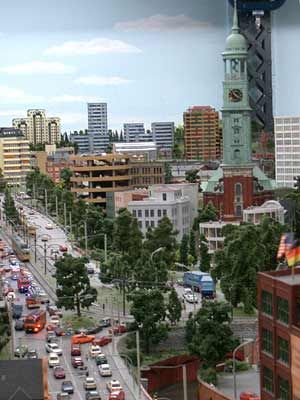Hamburg: Mal wieder Stau. Nur die Strebe hinter dem Turm des Michel ist nicht naturgetreu