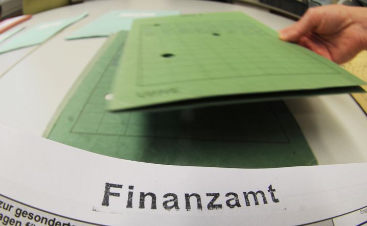 Mit Argusaugen: Wer zu großzügig mit dem Geld vom Konto seiner Kinder umgeht, erregt das Misstrauen der Finanzbeamten