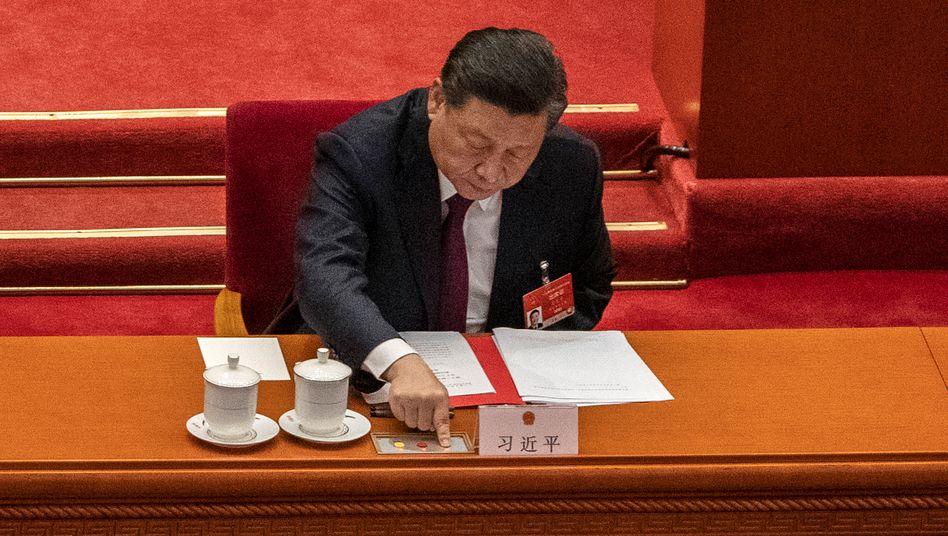 Bremssignal: Chinas Staatschef Xi Jinping setzt Firmen und Aktionäre unter Druck: Allein in den vergangenen Wochen haben Alibaba, Pinduoduo und Tencent einen Kursrückgang von 1,2 Mrd. US-Dollar erlitten.