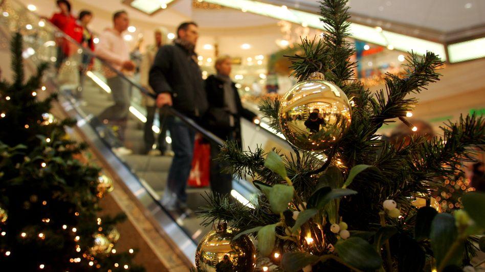 Shopping im Einkaufszentrum: Für das Weihnachtsgeschäft rechnen die Einzelhändler mit einem Umsatzplus in Höhe von 1,5 Prozent