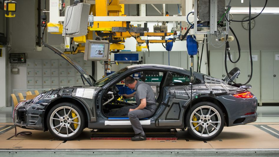 Auch bei Benzinern manipuliert? Produktion des Porsche 911 im Jahr 2015 im Werk in Zuffenhausen