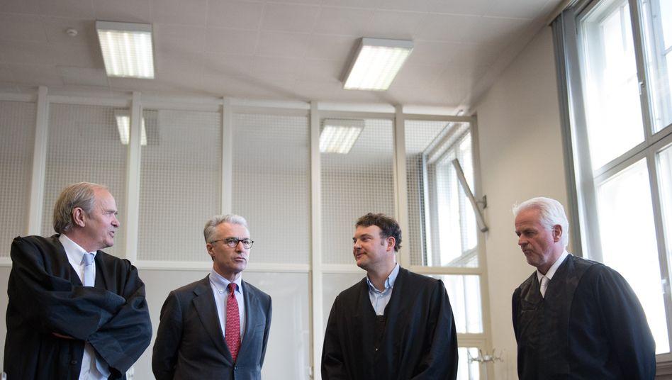 Schuldig gesprochen: Schulte (2.v.l, mit Anwälten Wolf Römmig (l.), Arne Timmermann und Thomas Hauswaldt)