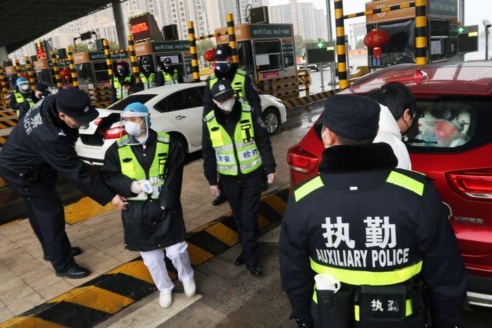 Auch Polizisten in China tragen Atemmasken