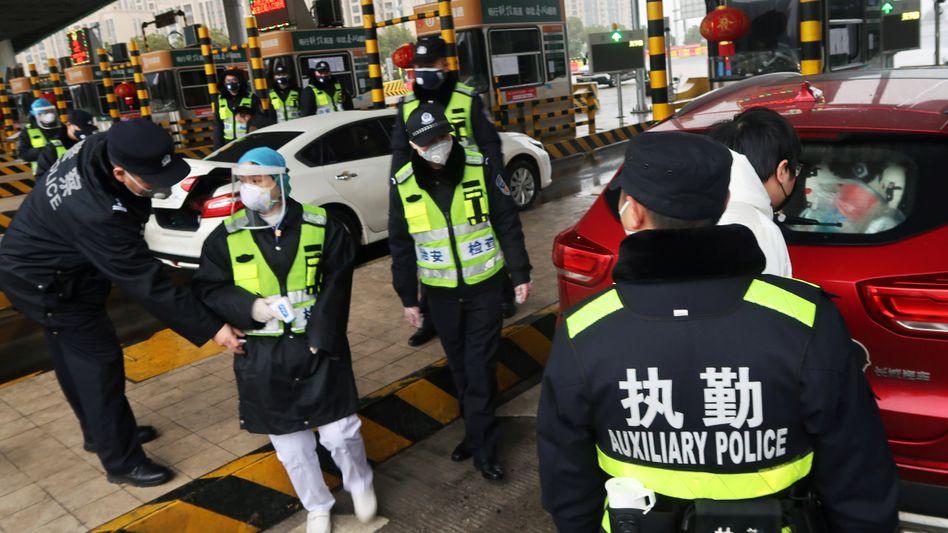 Straßenkontrolle in Wuhan