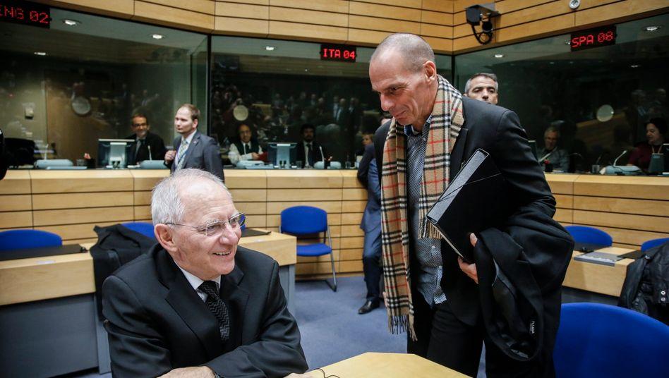 Nimmt die Provokationen mit einem Lächeln: Bundesfinanzminister Wolfgang Schäuble (l.) und sein griechischer Kollege Yanis Varoufakis