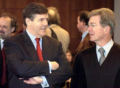 Geduldsprobe: Der Vorstandsvorsitzende der Deutschen Bank Josef Ackermann (li.) mit seinem Anwalt Klaus Volk